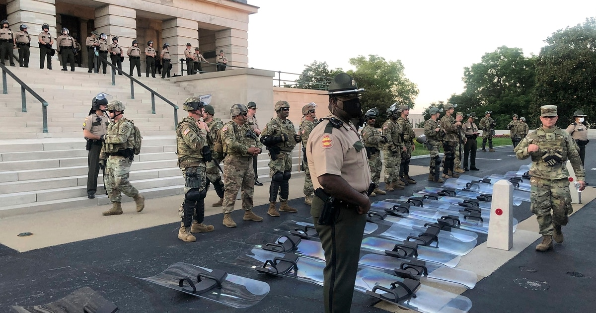 Tennessee National Guard troops lay down riot shields at protesters' request
