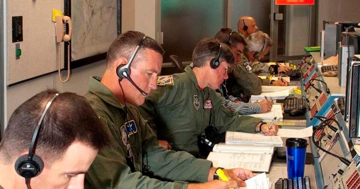 Letter prompts base to change flight suit rules — Pilot's