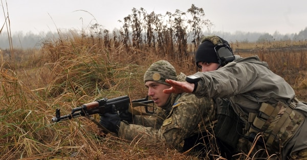 A U.S. soldier points to an objective during an air assault mission with Ukrainian Soldiers at the Joint Security Center in Yavoriv, Ukraine. (Staff Sgt. Elizabeth Tarr/Army)