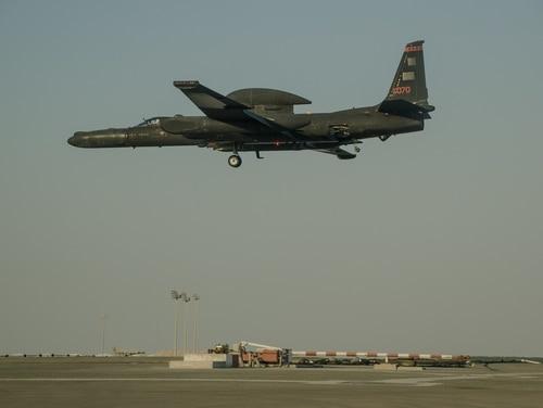 Un piloto del U-2 Dragon Lady se prepara para aterrizar en la pista de aterrizaje de la Base Aérea Al Dhafra, Emiratos Árabes Unidos, el 16 de noviembre de 2017. Los U-2 tienen su base en la Novena Ala de Reconocimiento, Base de la Fuerza Aérea Beale, California. pero se rotan a destacamentos operativos en todo el mundo.  (Sargento de Estado Mayor Colton Elliott / Guardia Nacional Aérea de EE. UU.)