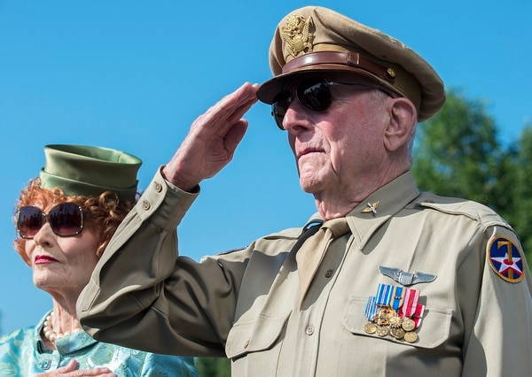 Capt. Jerry Yellin, a World War II P-51 pilot, renders honors during a Memorial Day wreath-laying ceremony in 2014. (Jim Varhegyi/Air Force)