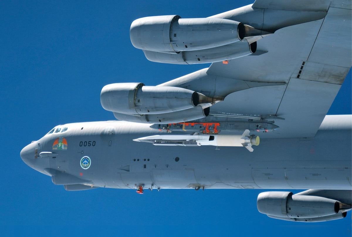 Um Centro de Testes de Voo da Força Aérea dos EUA B-52 Stratofortress da Base da Força Aérea de Edwards, Califórnia, carrega um Waverider X-51A antes do primeiro teste de voo hipersônico do scramjet em 26 de março de 2010. (Força Aérea dos EUA)