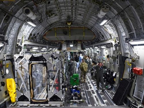 Bir ABD Hava Kuvvetleri C-17 Globemaster III, 6 Mart 2019'da, Airmen'lerin hastalar ve tıp uzmanları için en etkili ve en güvenli ulaşım şeklini uygulamasına izin veren bir eğitim tatbikatı sırasında bir nakliye izolasyon sistemini taşımak için hazırlanmıştır. 2014 yılında Ebola virüsü salgını sonrasında tasarlanan ve uygulanan TIS, Savunma Bakanlığı'nın bulaşıcı hastalıkları olan hastaları güvenle taşımak için kullanabileceği bir muhafazadır. (ABD Hava Kuvvetleri fotoğrafı, Kıdemli Havacı Cody R. Miller)