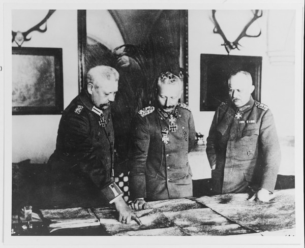 German Kaiser Wilhelm II discussing war plans with Field Marshal Paul von Hindenburd (left) and Gen. Erich Friedrich Wilhelm Ludendorff (right), in January 1917. (National Archives)