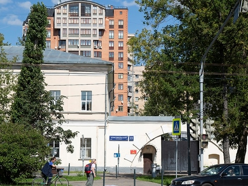 This Tuesday, July 31, 2018, photo shows the entrance of the building of the Russian military intelligence service, named in Robert Mueller's July 13 indictment, as home to GRU Unit 26165 in Moscow, Russia. The leak of an alleged Russian hacker's conversations with a security researcher shows more about the shadowy group of 12 Russian spies indicted by the FBI last month for targeting the 2016 U.S. election. (Alexander Zemlianichenko/AP)