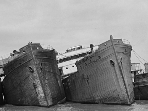 Wooden ships owned by Western Marine & Salvage tied together in 1925, likely on the Potomac or at Mallows Bay. (Library of Congress: National Photo Company Collection)
